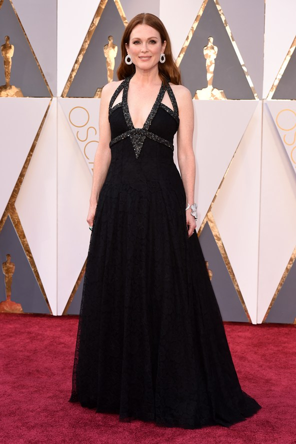 julianne-moore-oscars-2016-red-carpet-vogue-28feb16-rex_b_592x888.jpg