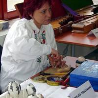 Perjés Zsuzsanna tojáspatkoló bemutatja a mesterségét