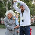 Furcsa pár: kutyás bábos idős hölggyel