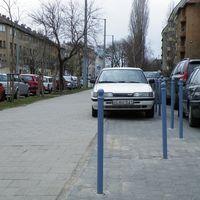 Parkolj a járdán!