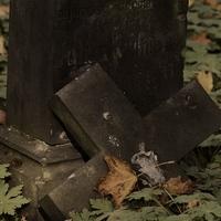 Nagy a csend. Mindenki a sírkövét javítja?