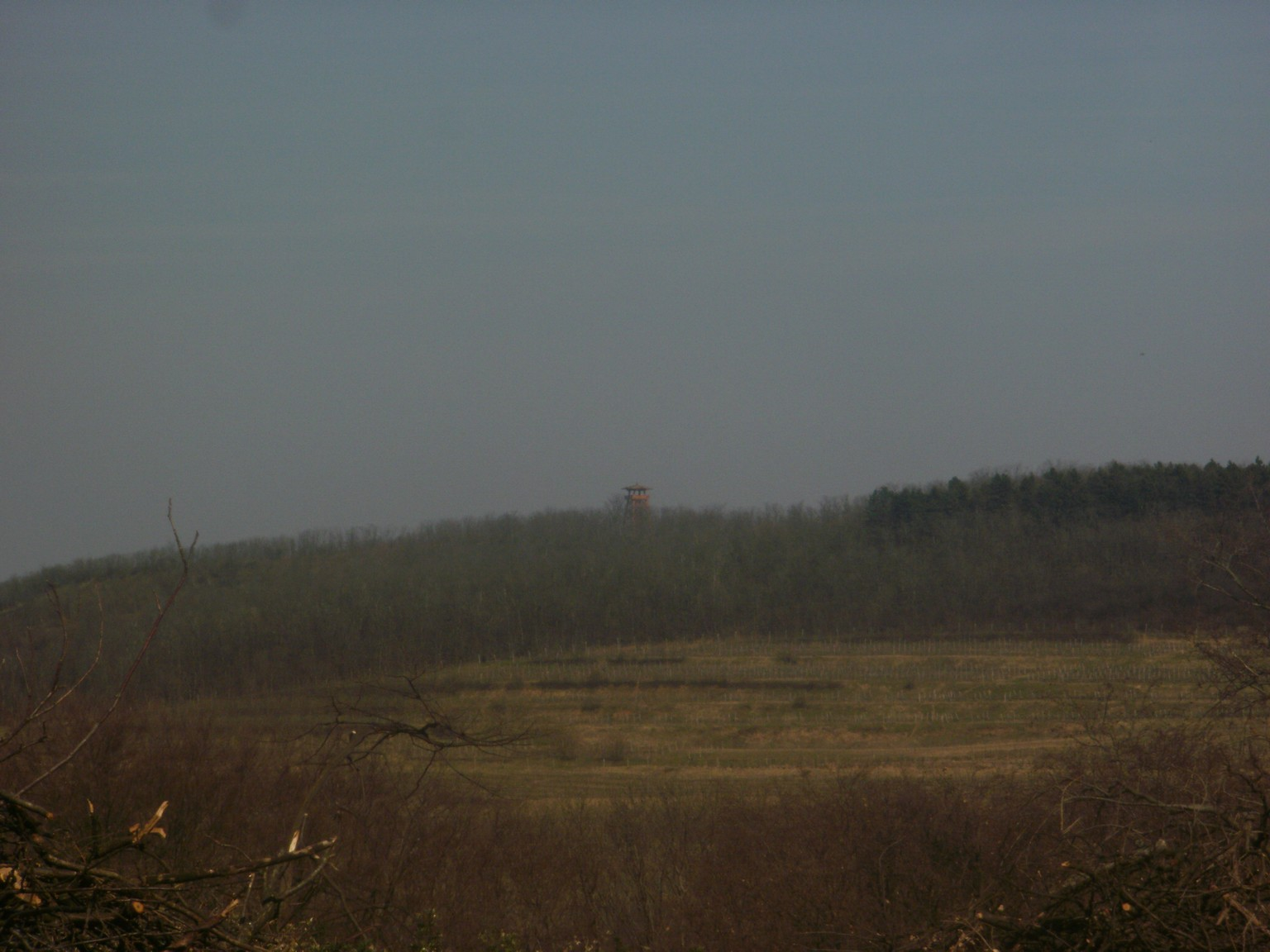 Bati kilátó (légvonalban kb. 2 km, a kék úton kb. 5 km)