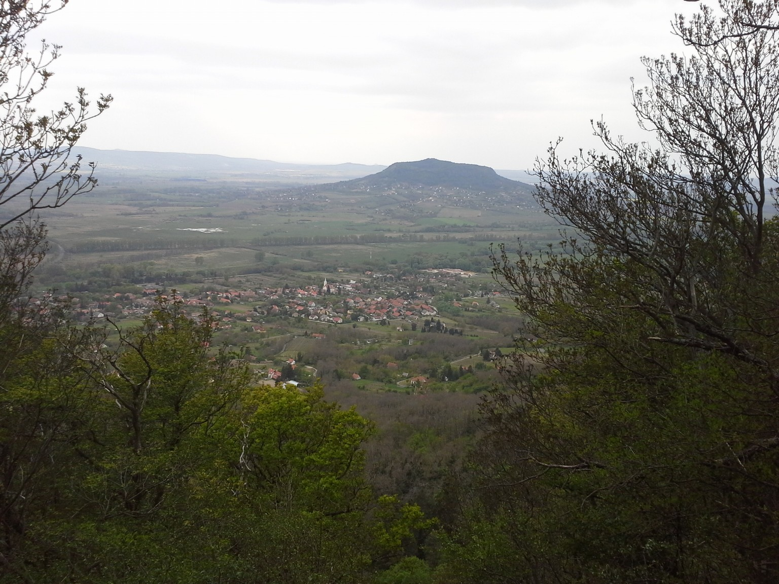 Kilátás a Szent György hegyre és Badacsonytördemicre tördemici kilátóból. Jól látszik a Szent Mihály templom is.