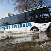 Magyar busz úszkál a hamburgi kikötőben