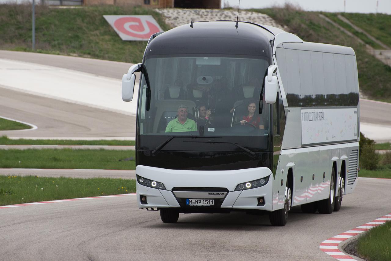 neoplan_tourliner_haromtengelyes.jpg
