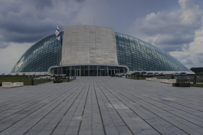 Az új parlament épülete. Messziről ufó, közelről rohad