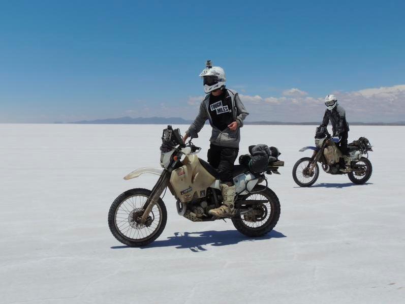 Peter Foulkes & Jon Brookbanks lenyomtak egy rendes világkörüli utat két DRZ 400 nyergében.<br />Tipikus angol fiatalok. Italozás, motorozás, csajozás...<br />www.toughmiles.com<br />