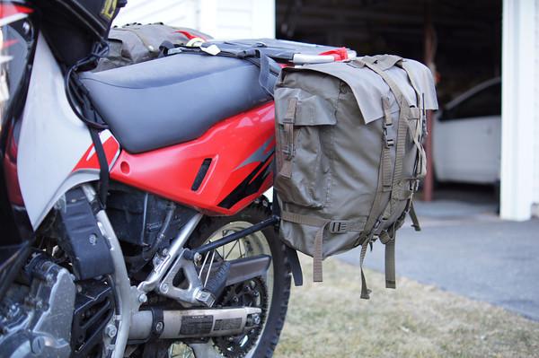 Ilyet én is csináltam. Ez az M90-es svájci katonai hátizsák. Merev hátfal tökéletesen vízálló és kb 3500-ba kerül a military shopban.