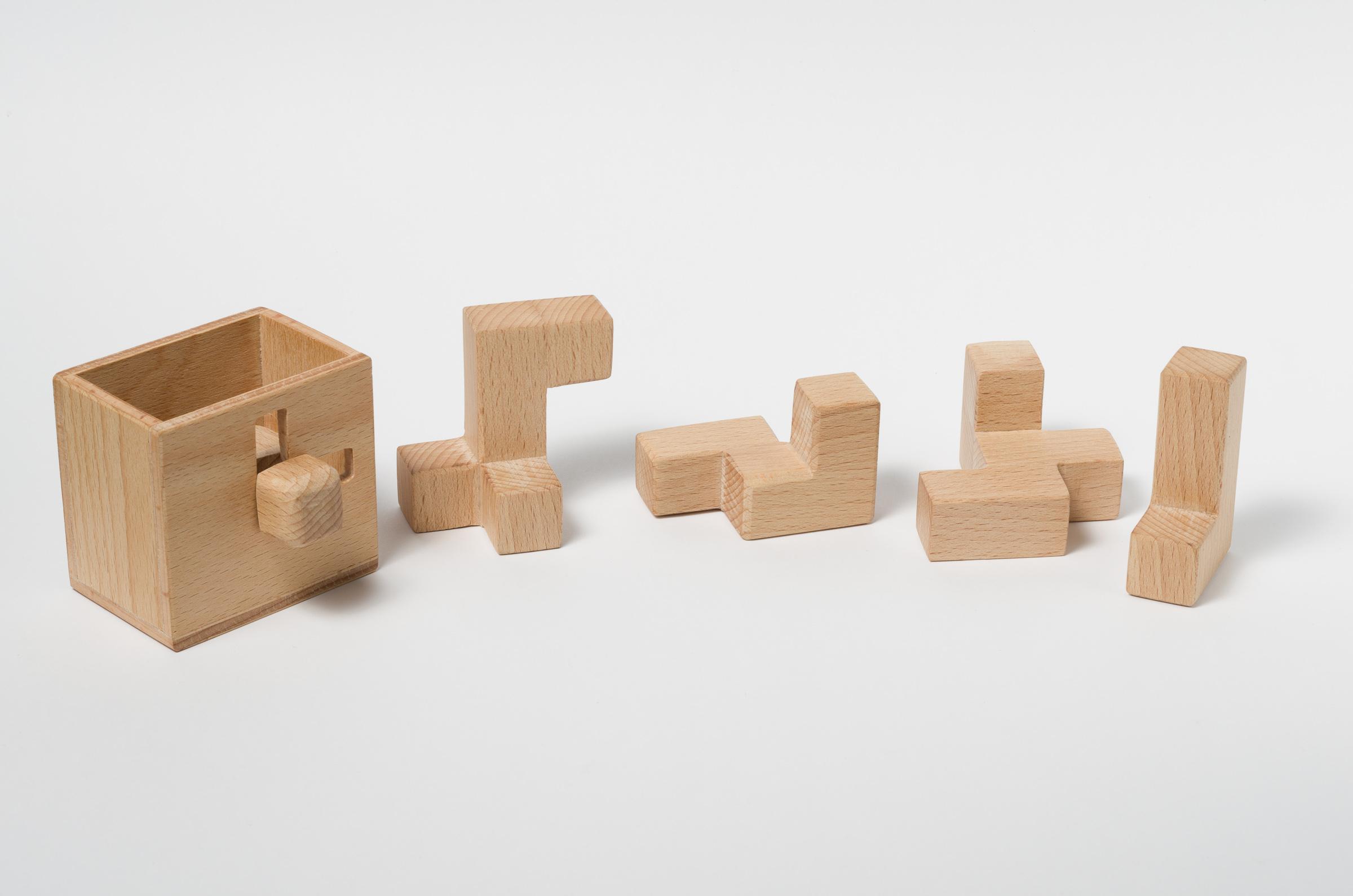 movingcube_woodbox.jpg