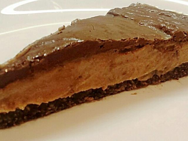Sós datolya-karamellás mandulakrémes nyers torta
