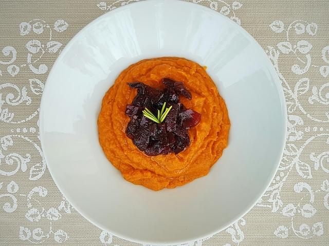 Fahéjas-gyömbéres édesburgonya-püré vörösboros hagymával