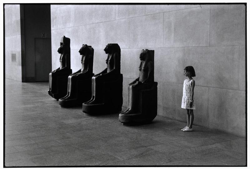 metropolitan_museum_of_art_new_york_usa_1988_elliott_erwitt_magnum_photos_fit_800x10000.jpg
