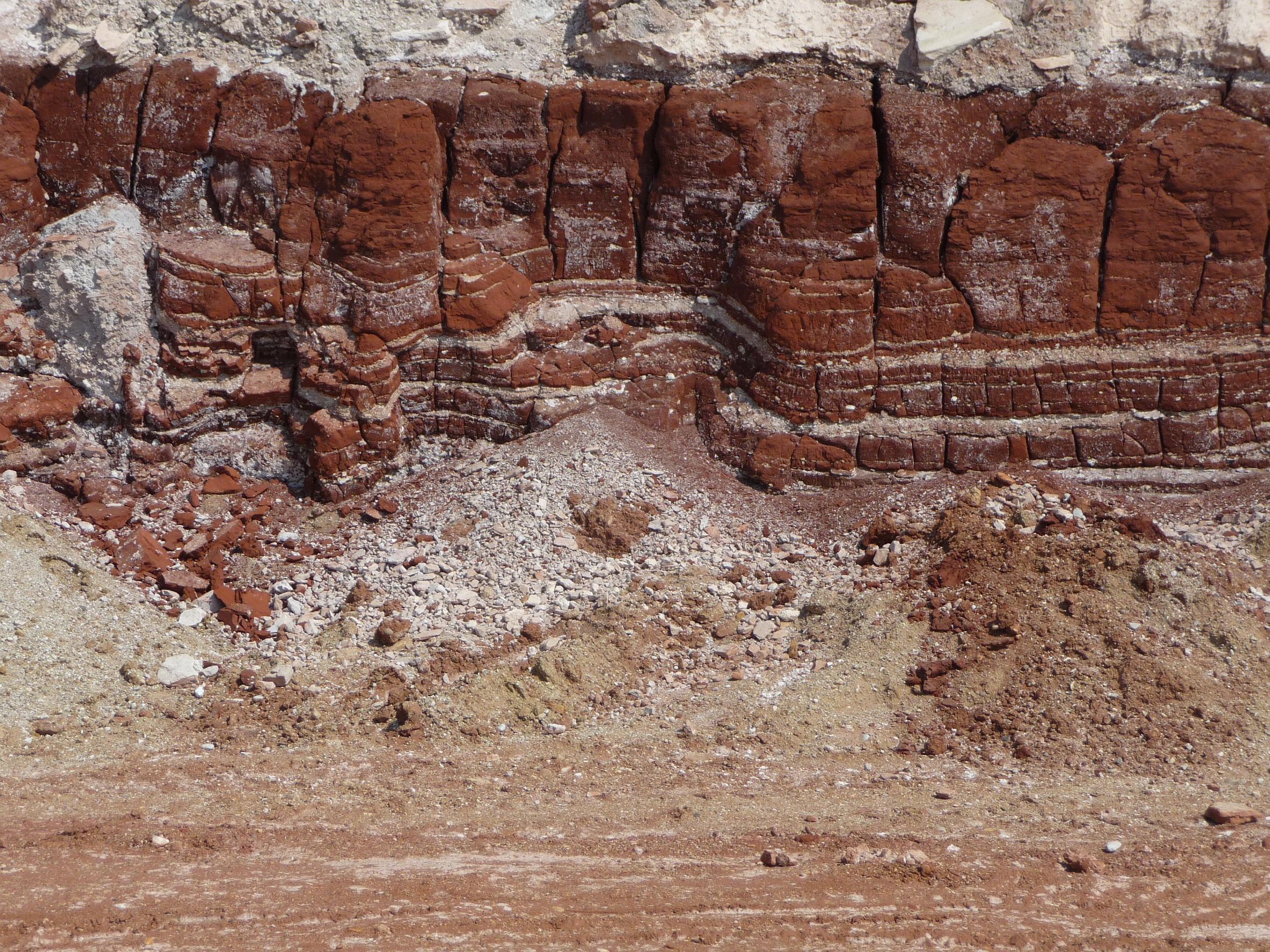 6. ábra Gyűrt rétegek a gát belülről tisztára mosott északi falának alján, az északnyugati sarokhoz közel (Varga R.)