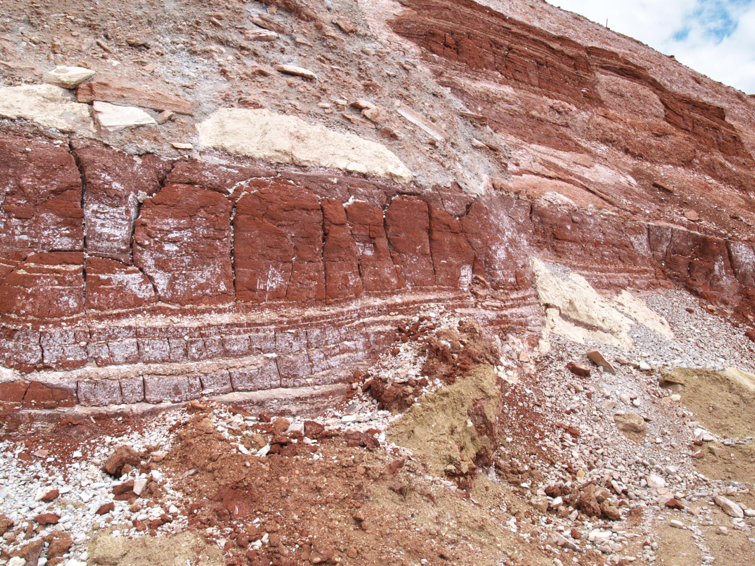 8. ábra Az egykori vízzáró kéreg maradványai a gát északi falán (Hermann V.)