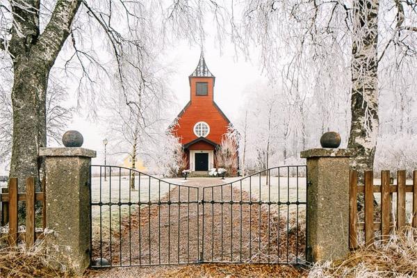 Otthon, a kápolnában