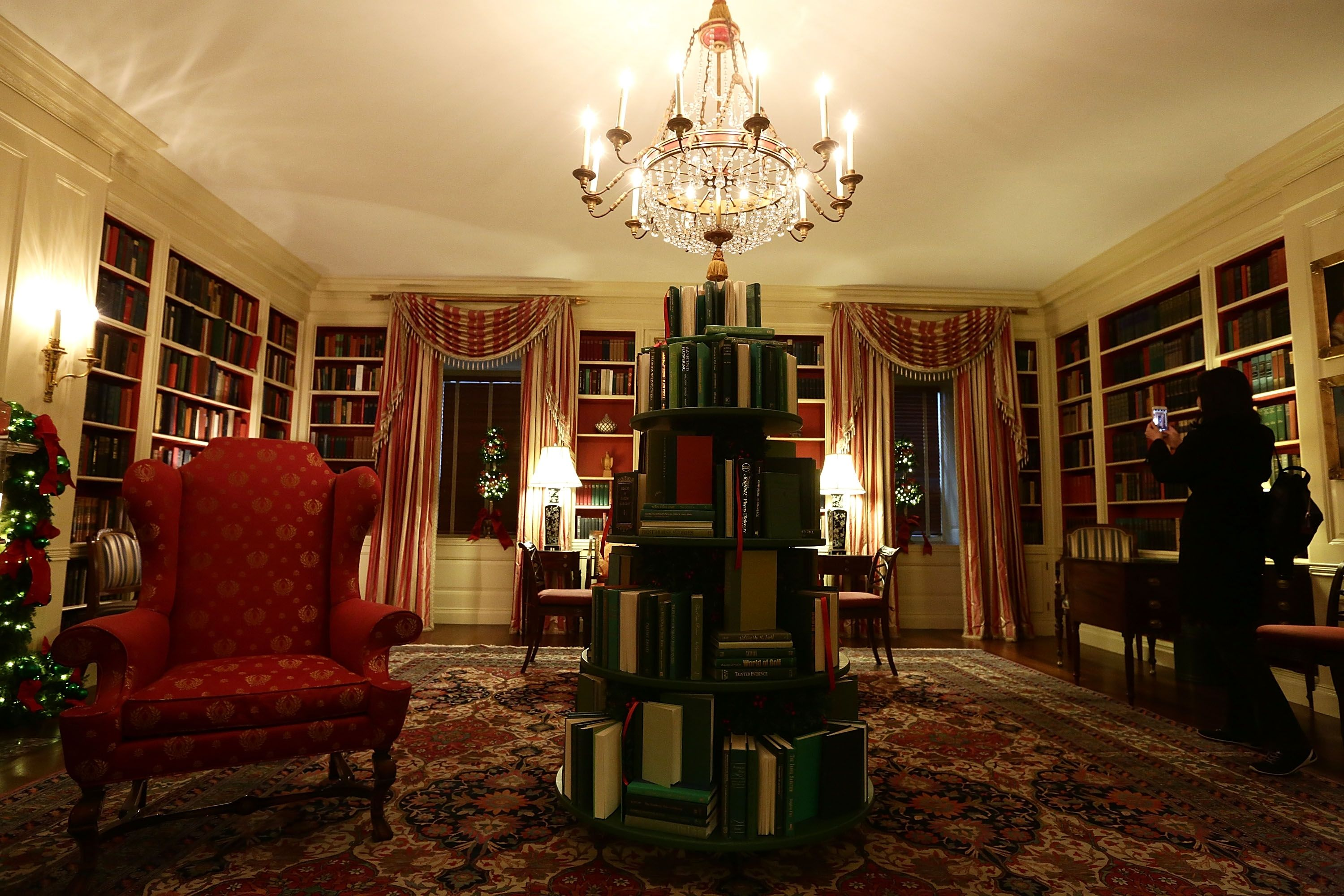 white-house-christmas-decorations-library-1511801263.jpg