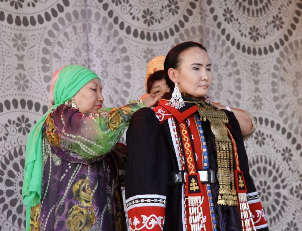 Jakuti menyasszony öltöztetése az egyik színpad programjai között
