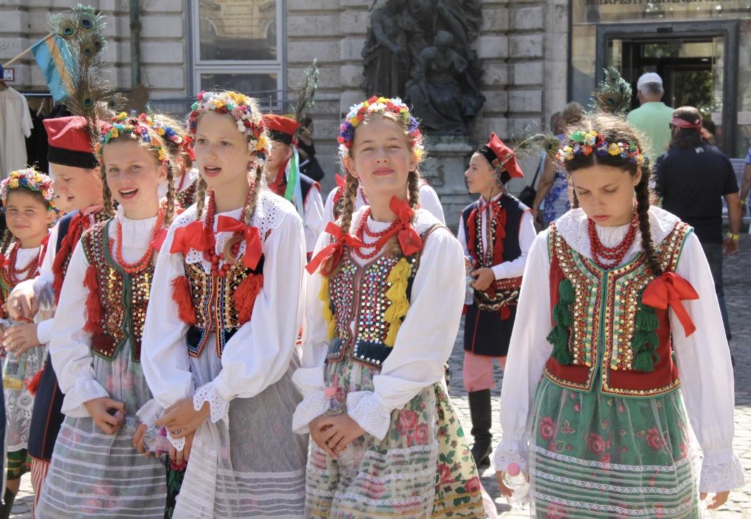 A litván népitáncosok csodaszép jelmezükben