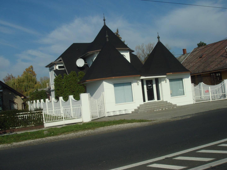 Igazi különlegesség a Balatonnál: egy ház, benne több lakás