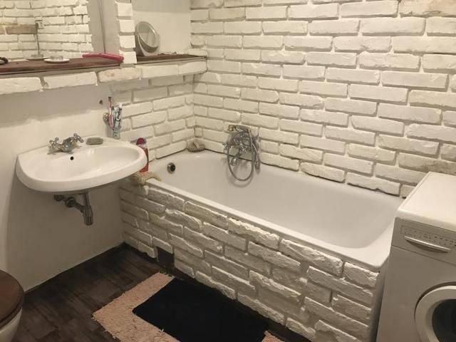 Csempe helyett téglafal a fürdőbe?!