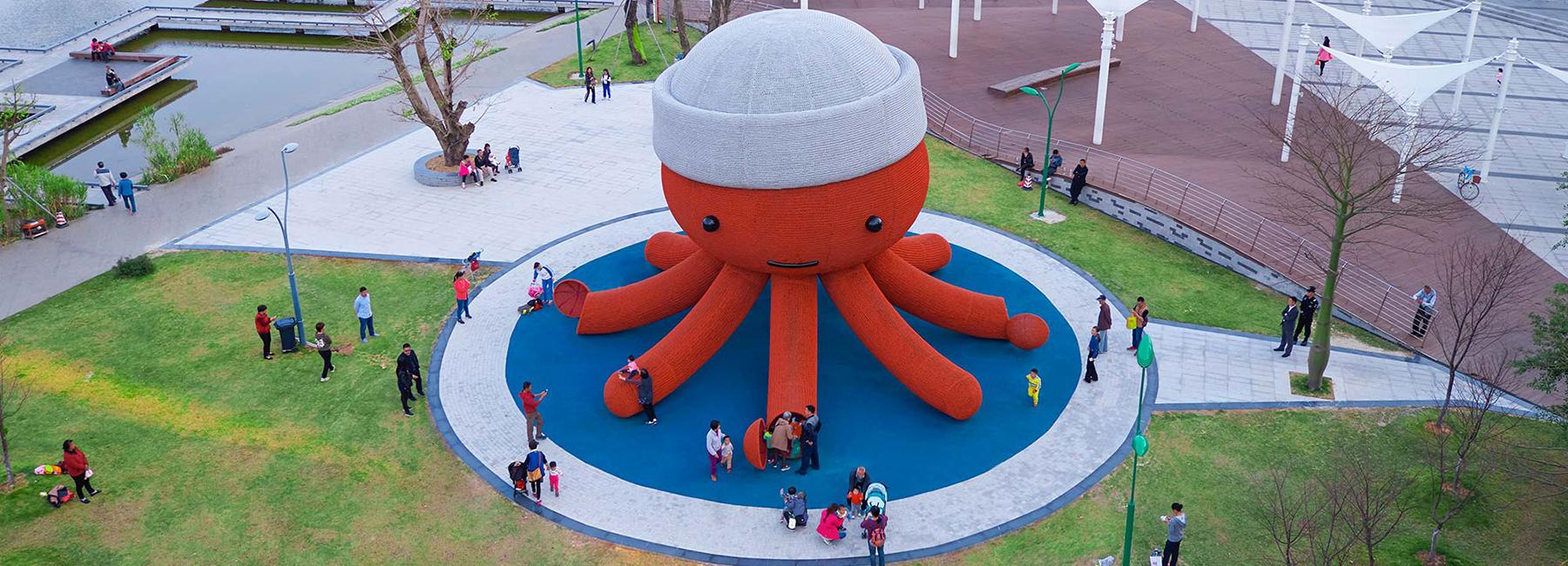 Gigantikus, nagyi-horgolta hatású polip egy kínai játszótéren