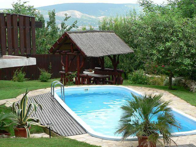 Mutatunk pár szép hazai medencés házat