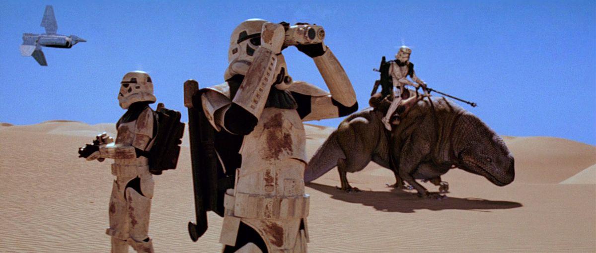 Birodalmi rohamosztagosok Tatuin dűnéin - jelenet a Star Wars Trilógia 1997-es felújított változatából.