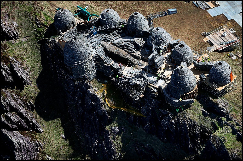 Nem lehet egyszerű feladat ennyire a szikla szélére építkezni.