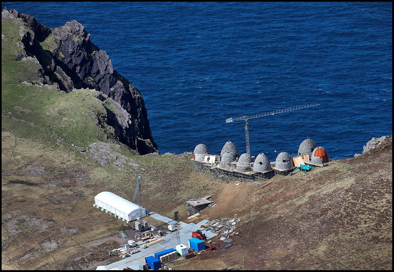 Kilátás az Atlanti-óceánra. A díszlet az írországi Dingle-félsziget partján áll, a Ceann Sibéal sziklaszirten.