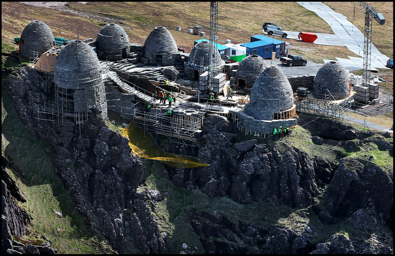 A teljes díszletet egy emelvényre építették. A tenger felőli oldalon egy védőhálót is kifeszítettek.