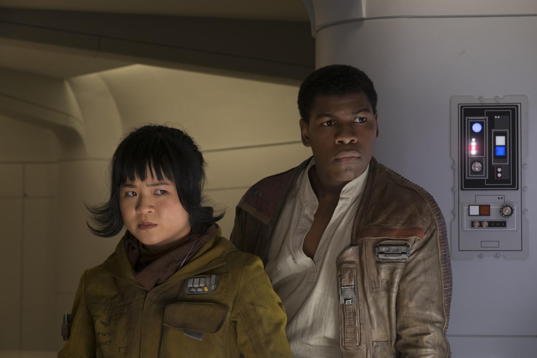 Rose Tico (Kelly Marie Tran) és az ellenállás legtöbb tagja számára a sérüléséből felépülő Finn is igazi hős. Ám ahogy már szó volt róla, a hőseink olykor csalódást okoznak.