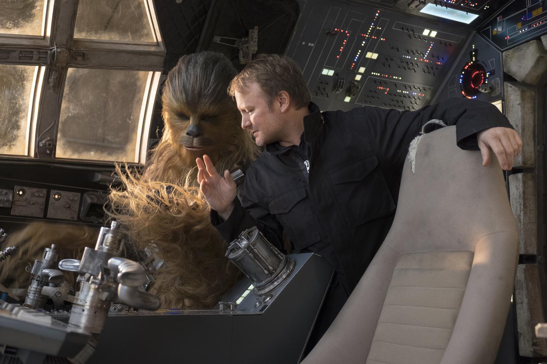 Csubakka (Joonas Suotamo) kap rendezői utasításokat a Millennium Falcon pilótafülkéjében.