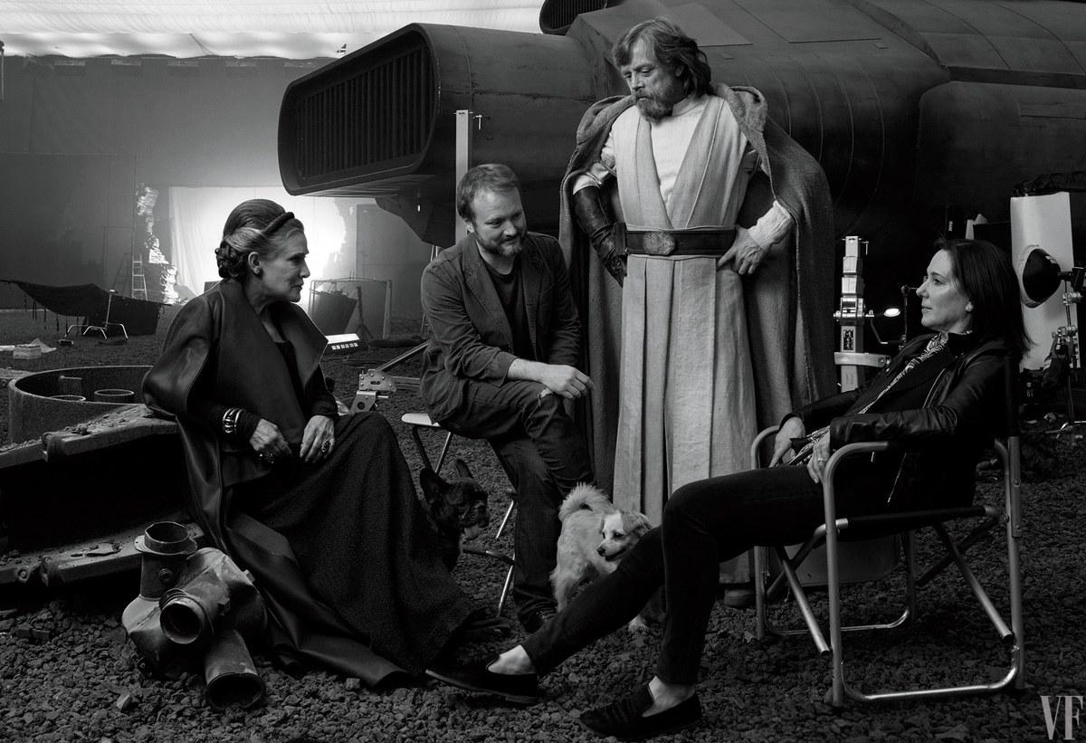 Carrie Fisher, Rian Johnson rendező, Mark Hamill és Kathleen Kennedy producer a Star Wars VIII díszletében