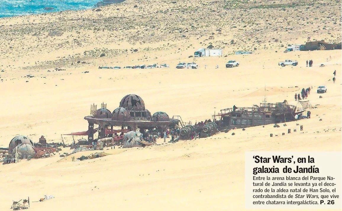 Ez a fotó az egyik spanyol lapban jelent meg. A díszlet mellett azt is láthatjuk, hogy a stáb egy flottányi terepjáróval és teherautóval vonult ki a helyszínre.