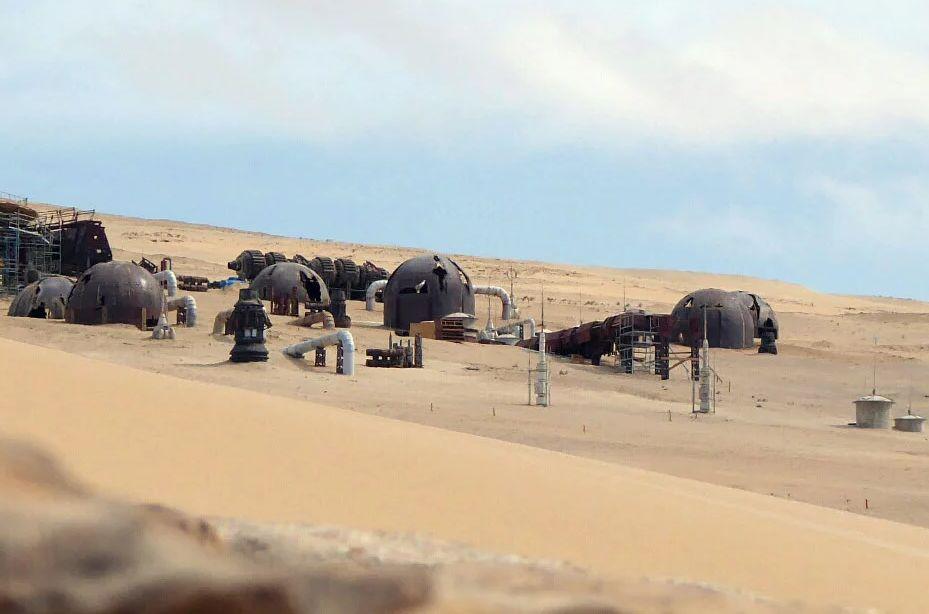 A képre ráközelítve a kupolákon tátongó lyukak mellett a Star Wars univerzumára jellemző pára gyűjtő tornyokat is megfigyelhetjük.