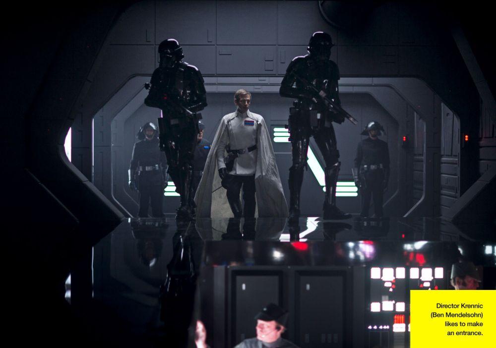 A Birodalom Fegyverkutatási Intézetének igazgatója, Orson Krennic (Ben Mendelsohn) elit rohamosztagosai kíséretében érkezik a csillagromboló hídjára. (forrás: Lucasfilm / Empire)