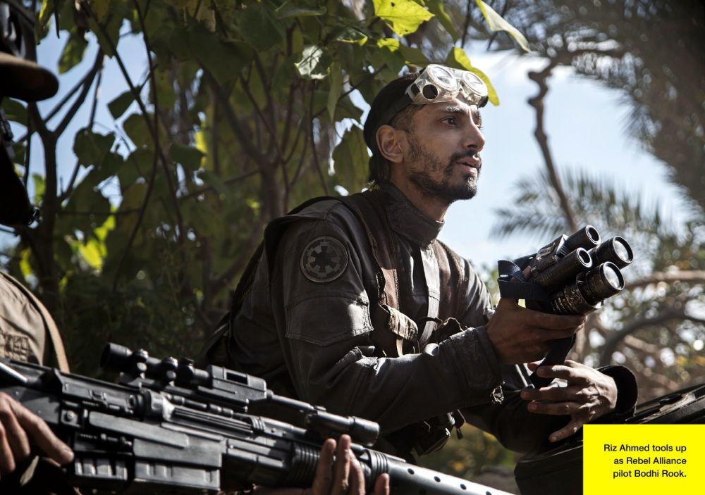 A Lázadó Szövetség pilótája, Bodhi Rook (Riz Ahmed) egy messzelátó kütyüvel (forrás: Lucasfilm / Empire)