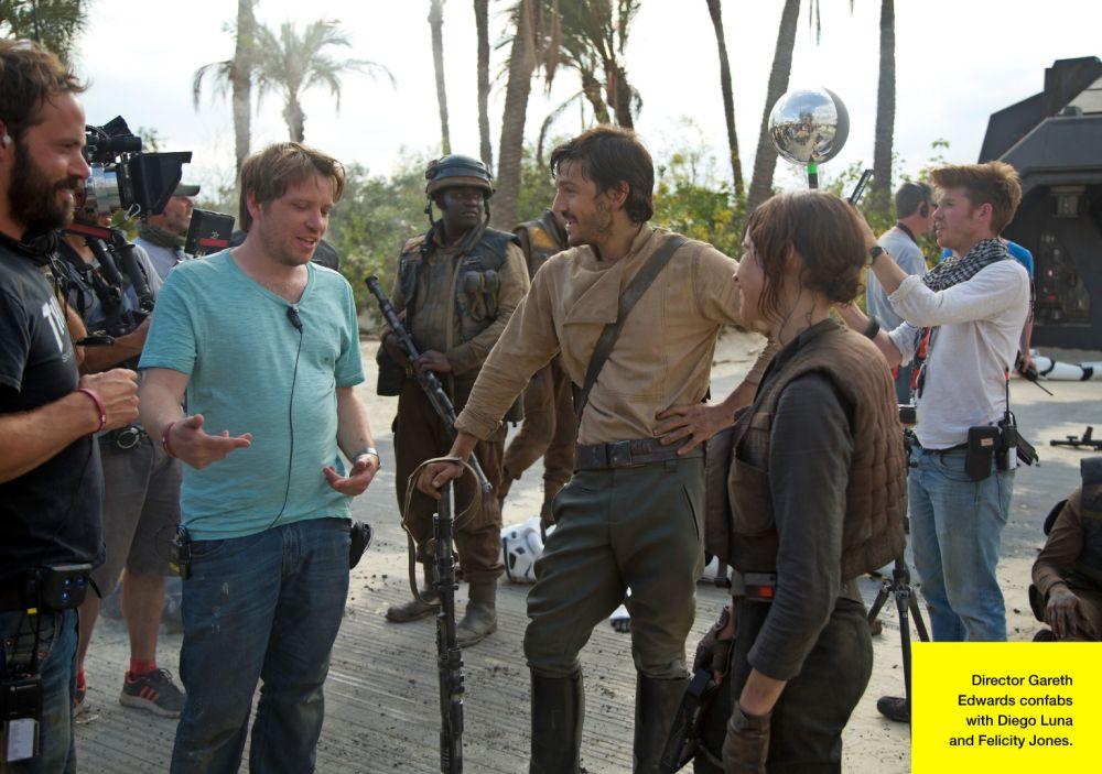 Edwards magyaráz a színészeinek, Diego Lunának és Felicity Jonesnak. (forrás: Lucasfilm / Empire)