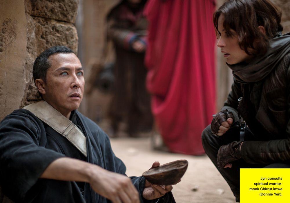 A vak Chirrut Imwe (Donnie Yen) találkozása Jyn Ersóval (forrás: Lucasfilm / Empire)