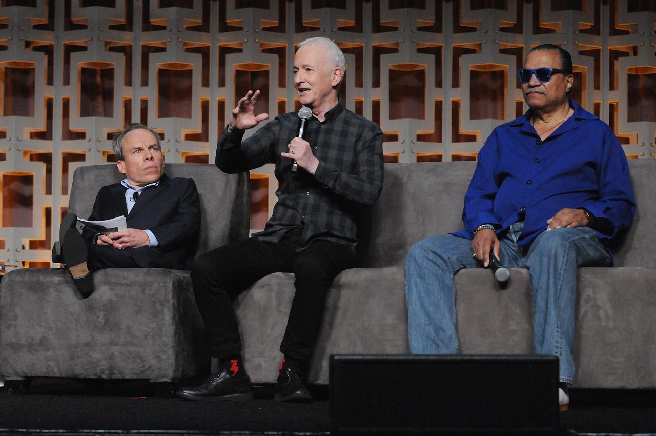 Anthony Daniels (C-3PO) a robotjelmez sajáosságairól mesélt. Billy Dee Williams elmondta, nagy rajongója volt George Lucasnak, mikor megkapta Lando szerepét A Birodalom visszavágban.