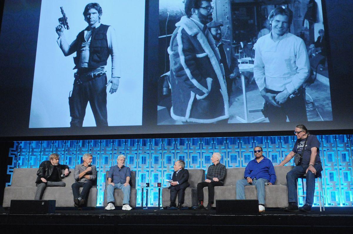 George Lucas körül együtt a régi harcostársak: Mark Hamill, Harrison Ford, Warwick Davis, Anthony Daniels, Billy Dee Williams és Peter Mayhew a Star Wars Celebration megnyitóján.