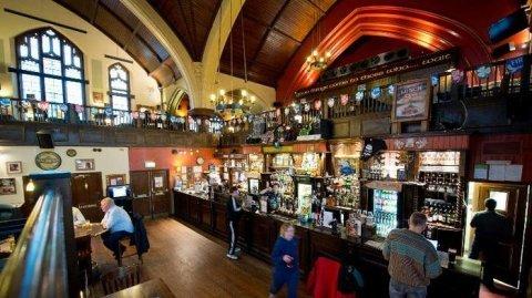 Az Észak_londonban található O'Neills' Pub néhány éve még egy presbiteriánus templom volt
