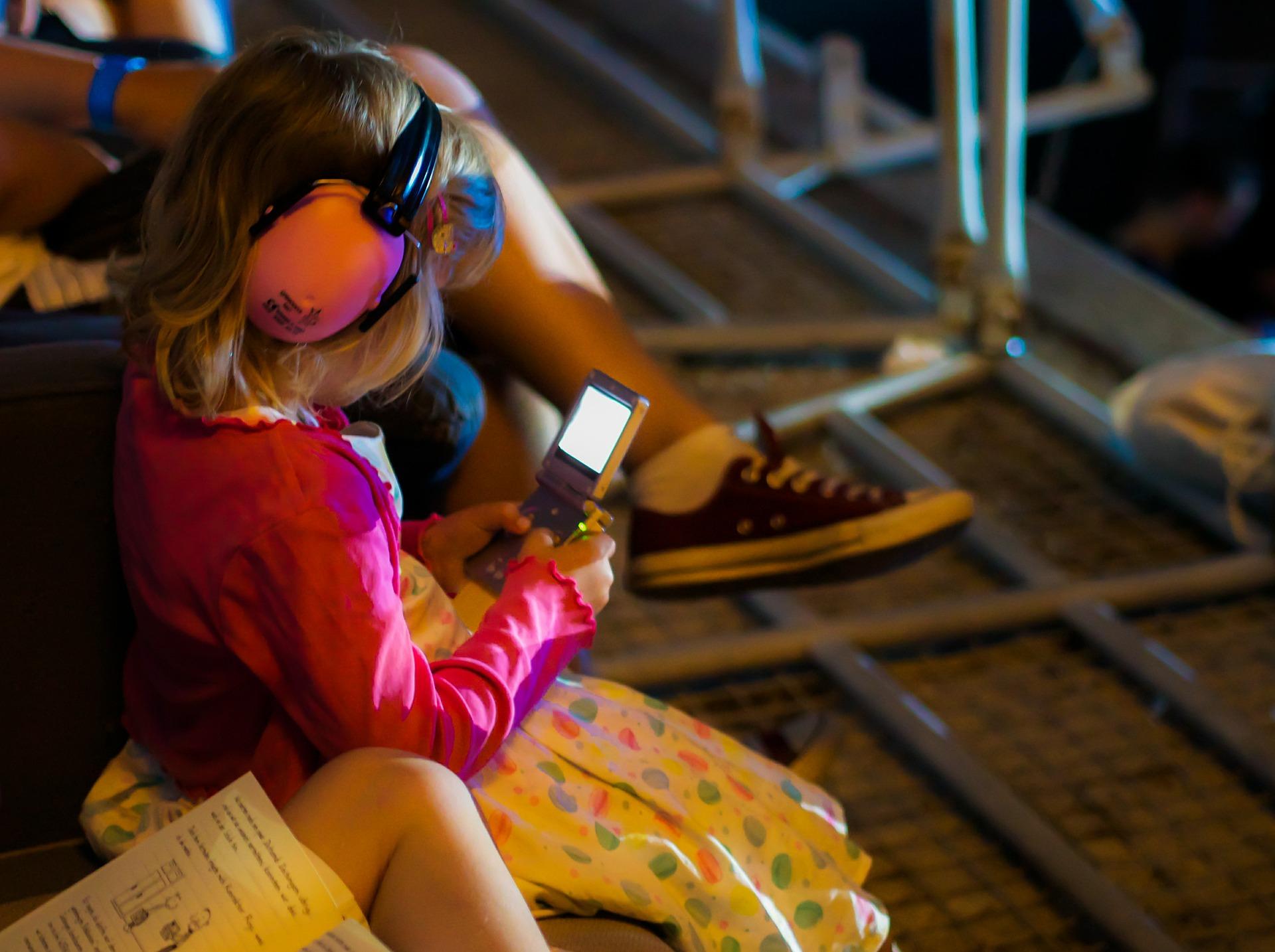 child_phone.jpg