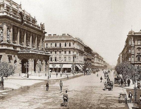 775px-Andrássy_út_Budapest_1896.jpg