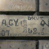 Polírozott múlt – így tűnnek el Budapest százéves graffitijei!