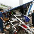 Béna sofőr vadonatúj kocsijával nekiment a kereskedés őrbódéjának