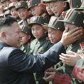Kim Dzsong Un most síró kadétokat simogat