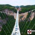 Elkészült a világ leghosszabb és legmagasabb üvegpadlós hídja