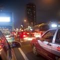 Kínai autósoknak 5 percig kell a reflektorba nézniük, ha szabálytalanul használják a távolsági fényszórót