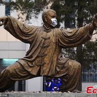 A Pekingi Egyetem szobrai is maszkot kaptak, akkora a szmog